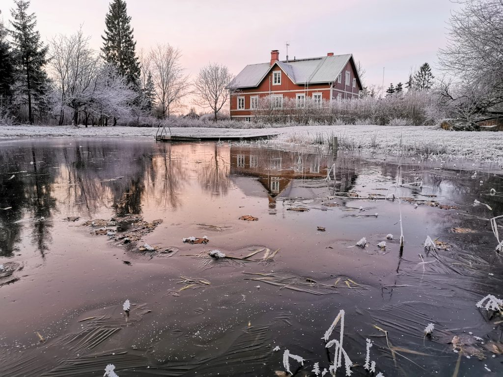 Päärakennus talvella
